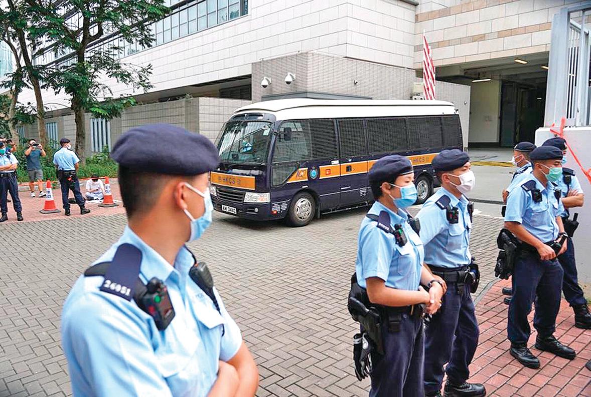 2020年10月29日,學生動源前召集人鍾翰林,被控「香港國安法」下分裂國家等四項罪。總裁判官蘇惠德拒絕鍾的擔保申請,鍾由囚車押送離開法院。(余鋼/大紀元)