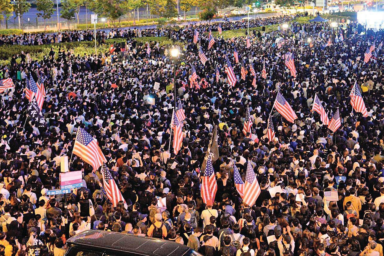 香港民主委員會稱會盡力加強擴大現有法律基礎,協助有意到美國尋求政治庇護的香港抗爭者。圖為去年香港民眾舉行「人權法案感恩節集會」。(余鋼/大紀元)
