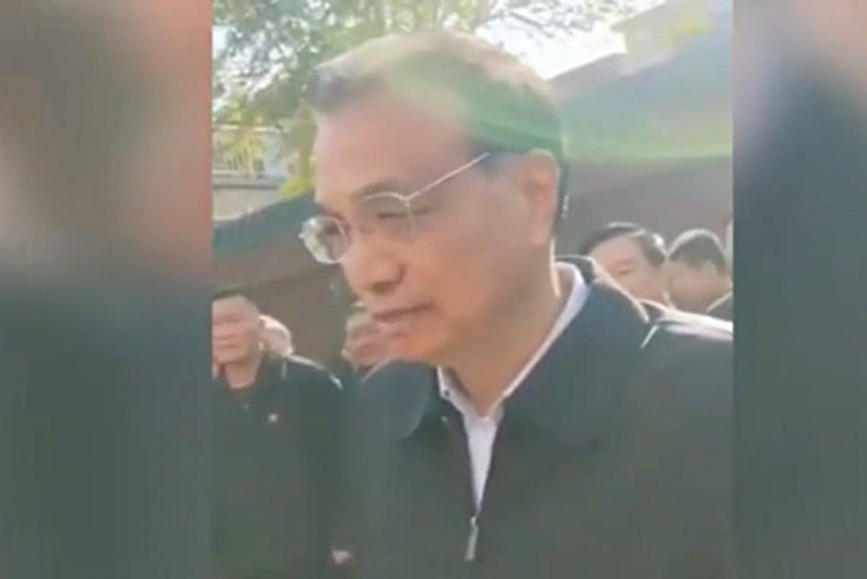 11月3日,中共總理李克強到河南安陽瓦店鄉東路村考察,疑為「臨時演員」的「當地農民」聲稱一畝地淨收入1,500元,被指不可信。(影片截圖)