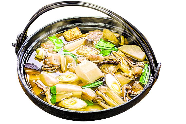 製作火鍋時,儘可能採用各種食材燉煮湯底。
