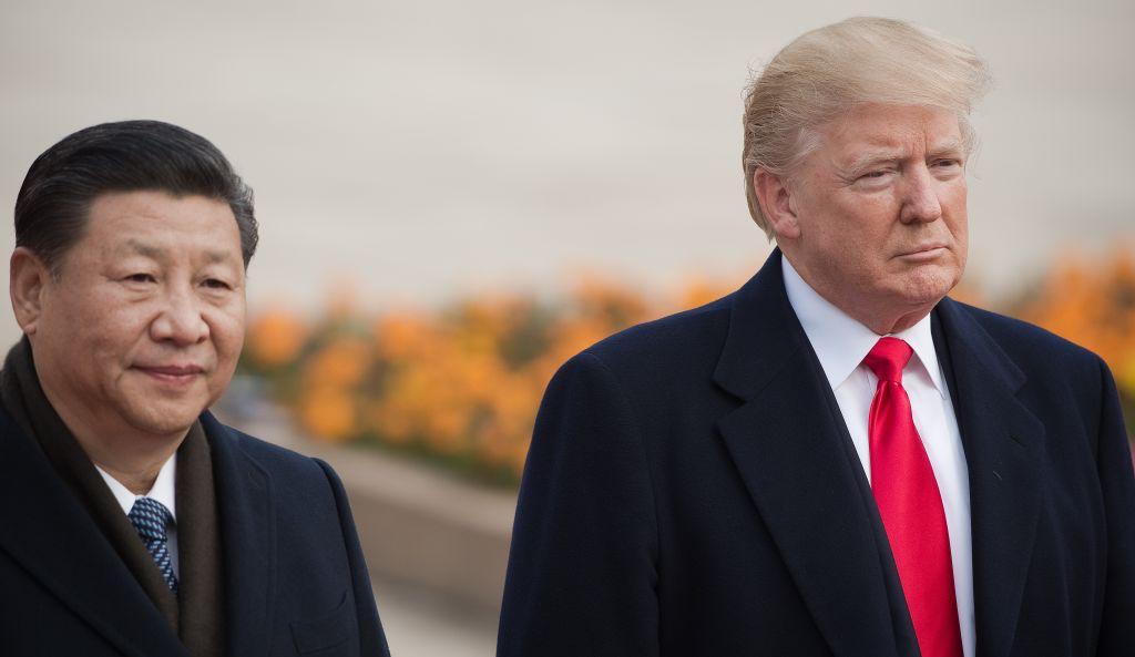 中國退休資深記者高瑜發現,中共紅二代與自由派知識份子站在同一邊,壓倒性地支持美國總統特朗普(右)連任。理由是,只有特朗普,才能制約不可一世的中共總書記習近平(左)。(NICOLAS ASFOURI/AFP/Getty Images)