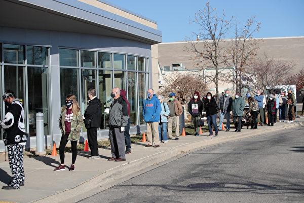 美國2020年總統大選因有大量的郵寄選票而引發巨大爭議。圖為美國威斯康辛州貝洛伊特(Beloit)選民11月3日在貝洛伊特公共圖書館外排隊等候投票。(Scott Olson/Getty Images)