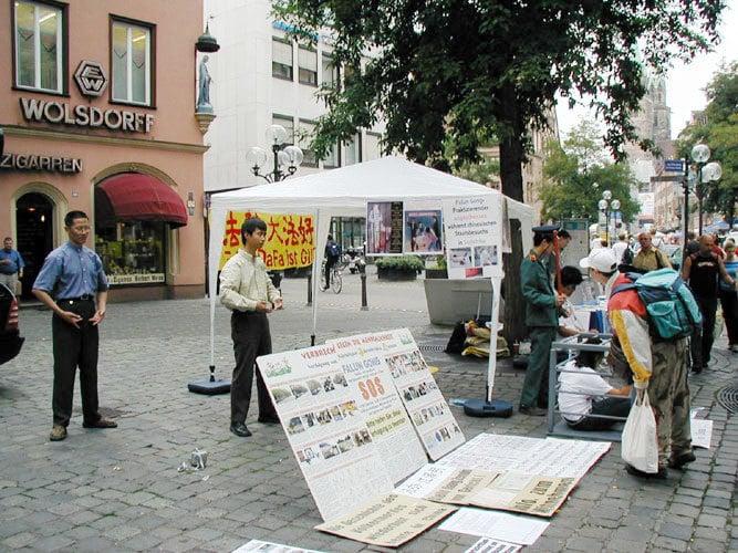 圖為2004年9月紐倫堡的城市節,巴伐利亞州的學員借此良機,向當地有關部門申請信息日活動以講清法輪功真相。(明慧網)