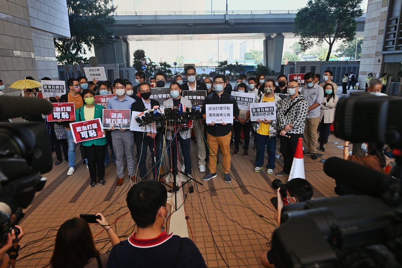 11月6日下午,8名人士與聲援民眾抗議當局用法律打壓反對的聲音。(宋碧龍/大紀元)