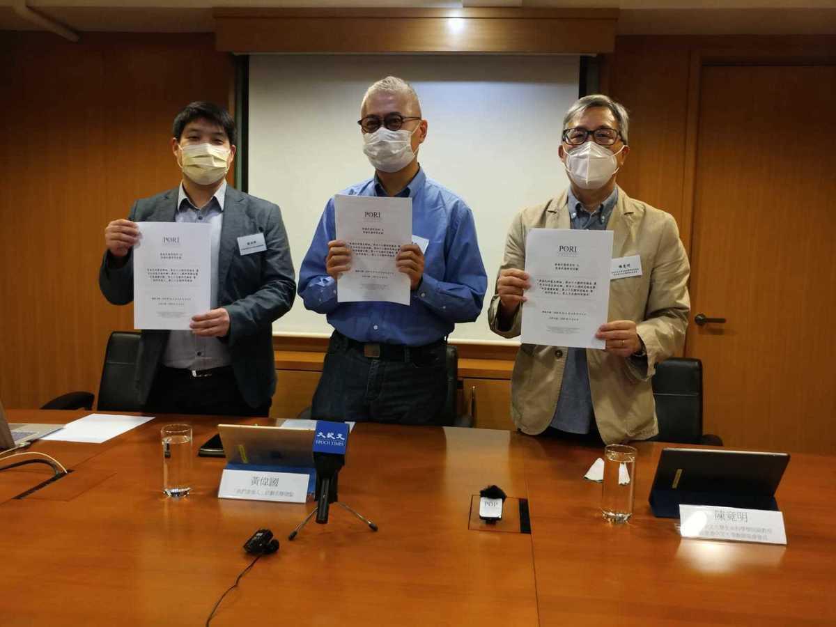 11月6日,香港中文大學教師協會會長陳竟明(右1)表示,民調結果顯示本地的大學有「中國化、赤化」的傾向。(Wendy/大紀元)