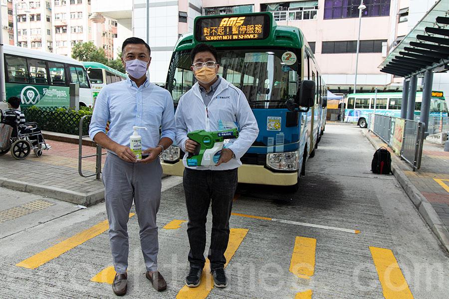 進智公交主席黃靈新(左)與捷和實業副總裁及市場營銷總監洪思聰。(陳仲明/大紀元)