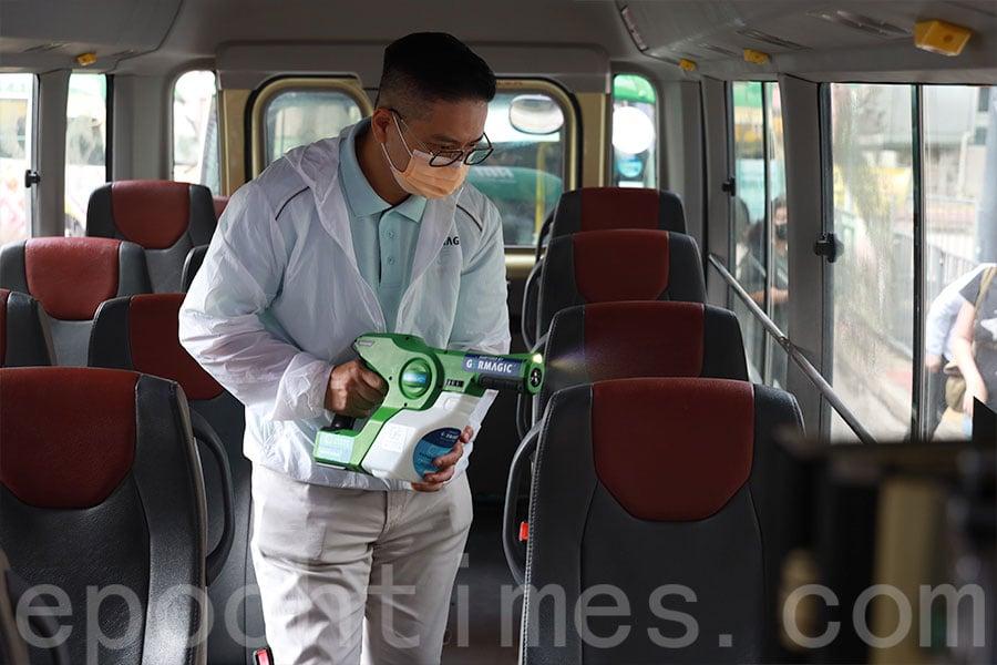 進智公交旗下全線約400輛小巴,將於一至兩周內完成噴灑塗層及加貼濾網貼的工序。(陳仲明/大紀元)
