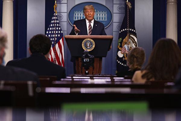 美國總統大選開票仍陷膠著,一份報告顯示本次大選存在舞弊的可能,29個州的353個縣登記的選民人數超出100%。圖為美國總統特朗普資料照。(Chip Somodevilla/Getty Images)