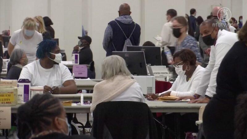 美國總統大選開票當天深夜出現詭譎大逆轉,特朗普總統得0票,拜登獲得100%選票,且選票驟然暴增,現幽靈選票。另有監票員爆料,實查7,000票,卻爆報5萬票的反常現象。本次美國大選計票舞弊不斷被爆。(新唐人影片截圖)