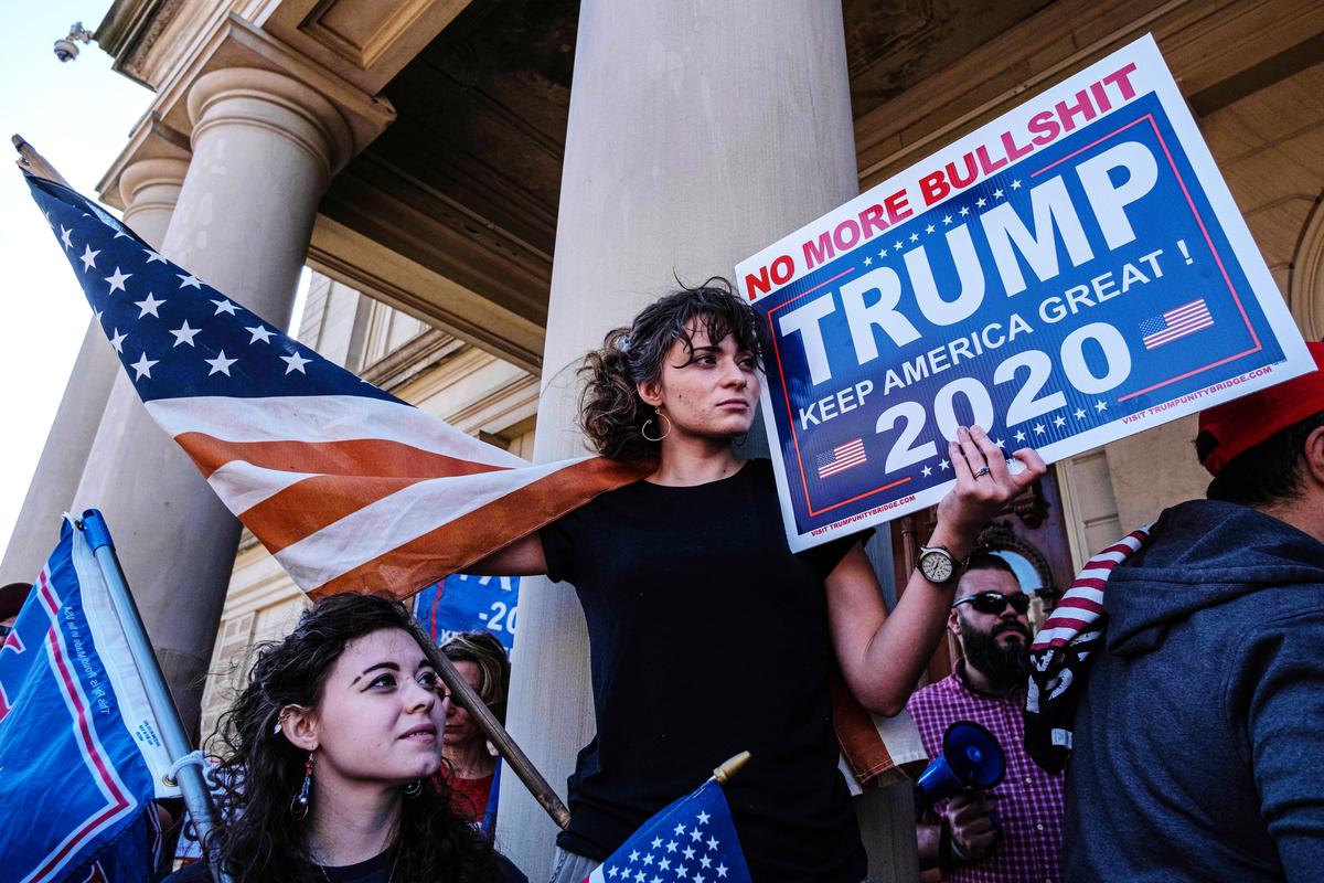 11月7日,美國民眾於密歇根州議會大廈前集會表達對總統特朗普的支持。(SETH HERALD / AFP)