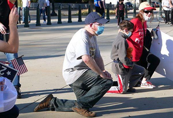 11月7日,美國人在最高法院前單膝跪地為特朗普祈禱。(李辰/大紀元)