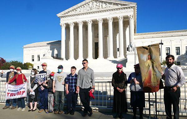 11月7日,美國人在最高法院前為特朗普祈禱,唱禱告的歌曲。(李辰/大紀元)
