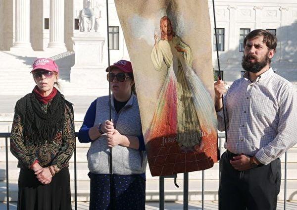 11月7日,美國人手持耶穌畫像在最高法院前為特朗普祈禱,唱禱告的歌曲。左一為來自弗吉利亞州的Elizabeth Radel女士。(李辰/大紀元)