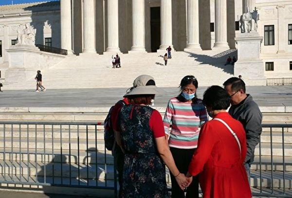 圖為11月7日5位美國華人在最高法院前低頭為特朗普祈禱。(李辰/大紀元)