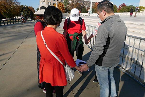 圖為11月7日5位美國華人基督徒在最高法院前低頭為特朗普祈禱。(李辰/大紀元)