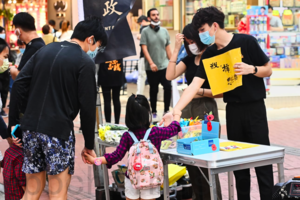 【組圖】賢學思政銅鑼灣街站 香港民眾折紙鶴悼念周梓樂