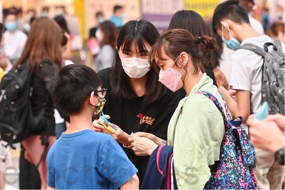 賢學思政擺設街站悼念周梓樂逝世,以及紀念香港和平紀念日。(宋碧龍/大紀元)