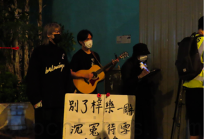 【直播】香港市民將軍澳悼念周梓樂逝世周年 警舉藍紫旗