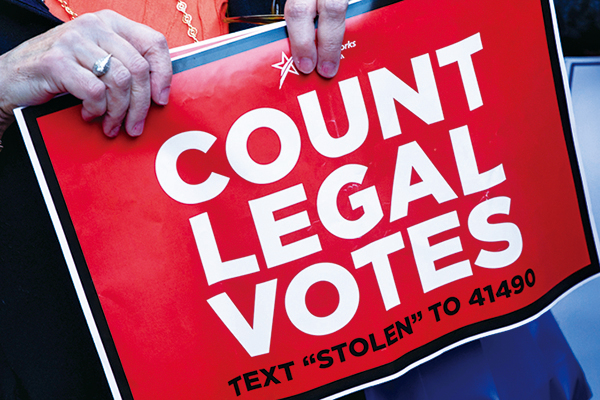 11月5日,賓夕凡尼亞州費城,特朗普的支持者舉著「計算合法選票」的展板,抗議計票不公。(Chris McGrath/Getty Images)