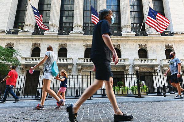 2020年8月3日,紐約華爾街,路人途經紐約證券交易所(NYSE)。(PANGELA WEISS/AFP via Getty Images)