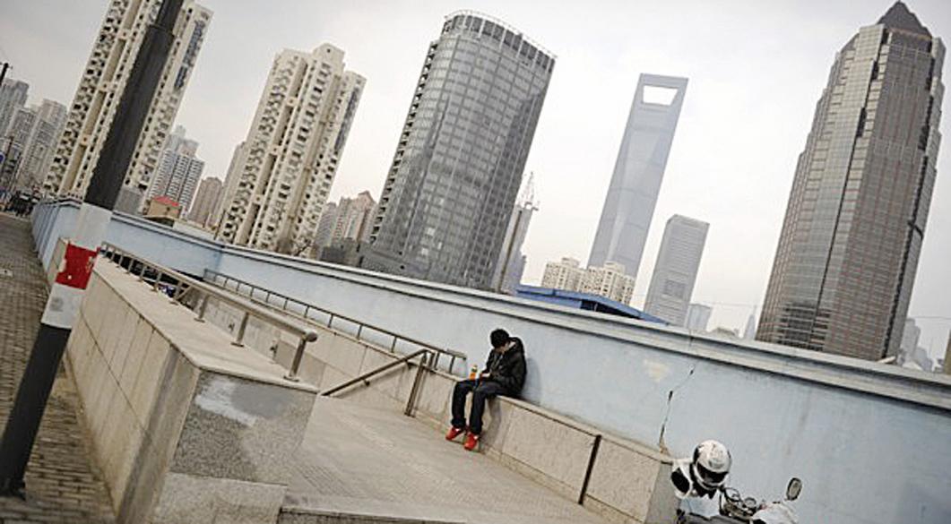 大陸樓市「地王」頻現,背後風險值得警惕。圖為上海一景。 (PETER PARKS/AFP/Getty Images)