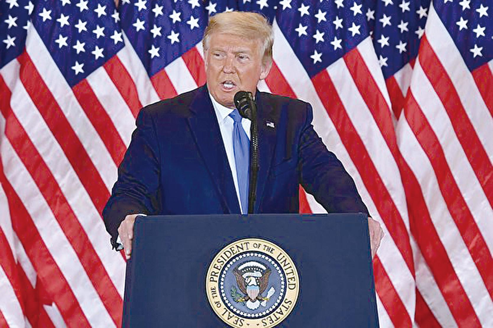 尋求連任的美國總統特朗普11月4日凌晨在白宮向支持者發表講話,他說競選團隊將要求最高法院在選舉日後停止投票。(MANDEL NGAN/AFP via Getty Images)
