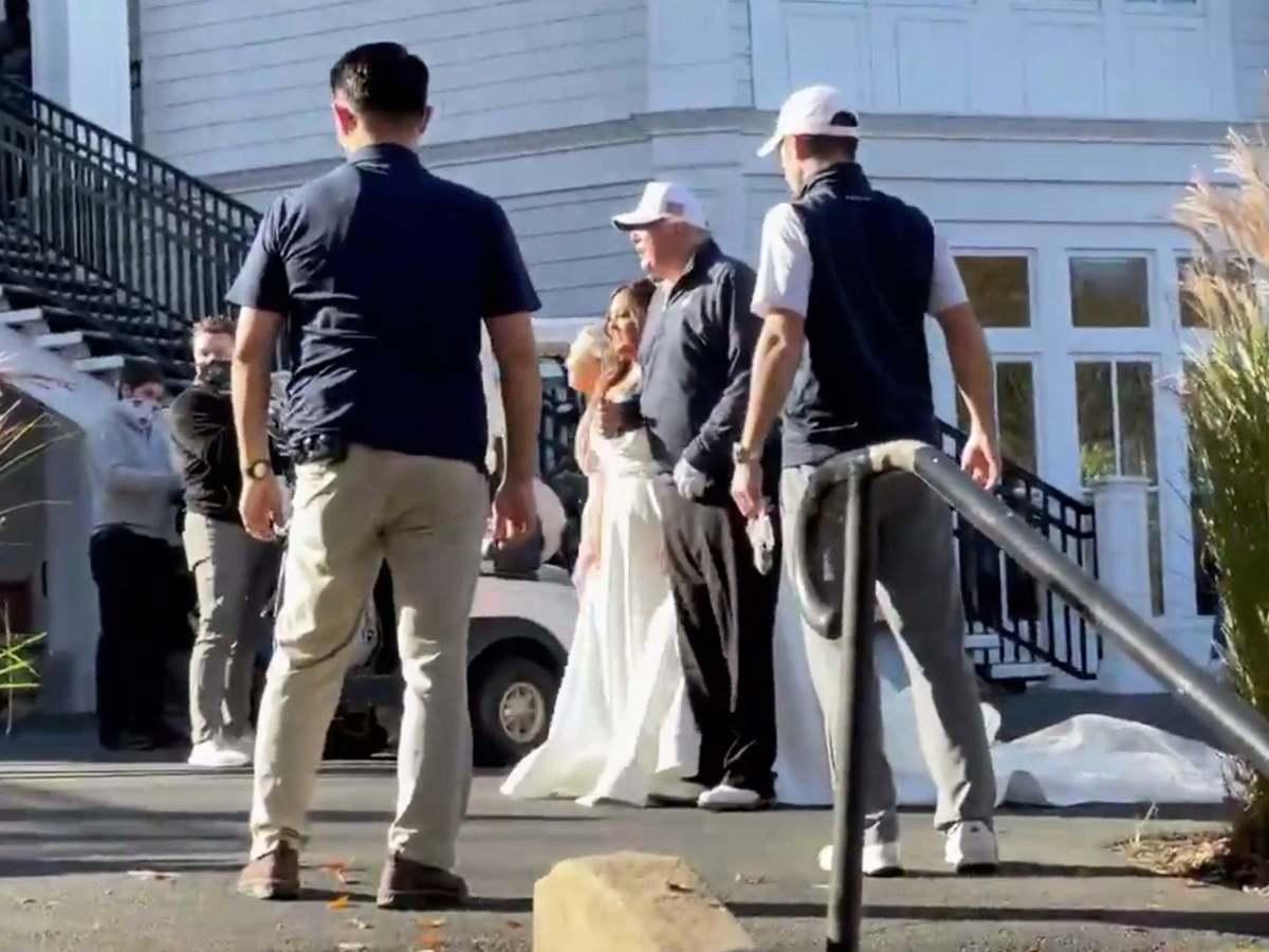 川普關鍵時刻打高爾夫球巧遇結婚儀式,與新娘合影留念。(影片截圖)