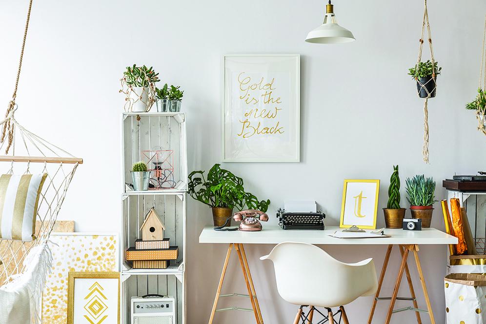 裝飾畫可以掛在牆上,也可以擺在地上。小盆栽妝點綠意生機。(shutterstock)