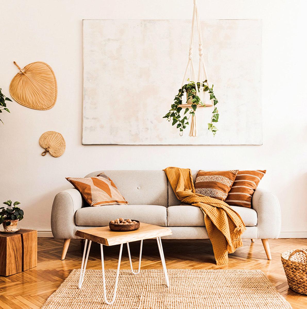 淺色的牆壁和沙發配上褐色系裝飾,就能營造出優雅的風情。(shutterstock)
