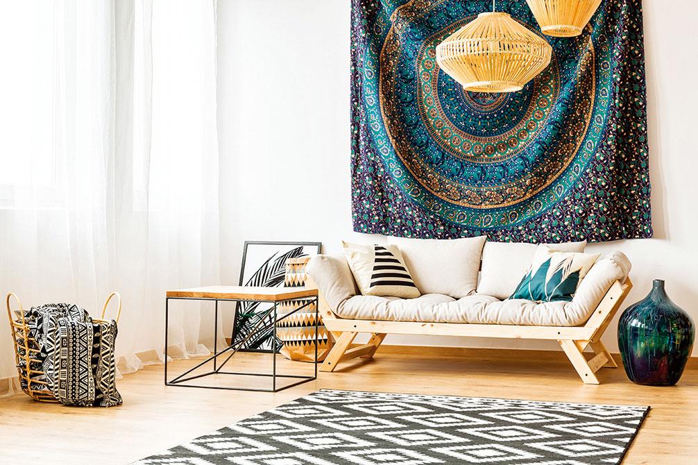 牆壁掛上異國風情的壁毯,營造藍色調的寧靜氛圍。(shutterstock)