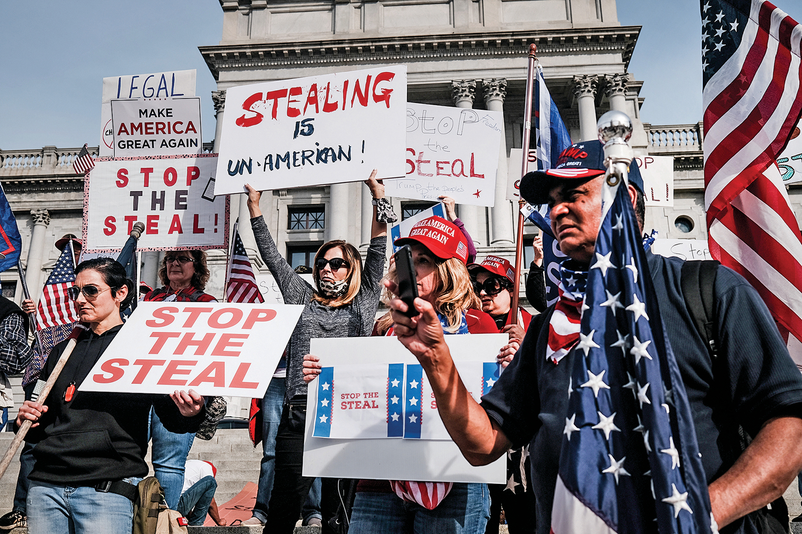 11月5日,賓夕凡尼亞州議會大廈外,特朗普支持者舉行對選票舞弊的抗議活動。(Getty Images)