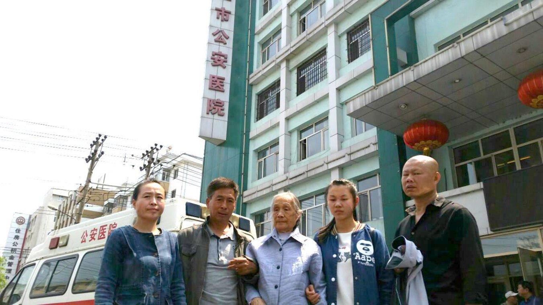 高秀榮的母親姜自香(中),二女兒高秀清(左一)、二兒子,右邊為小孫女、二女婿。(明慧網)