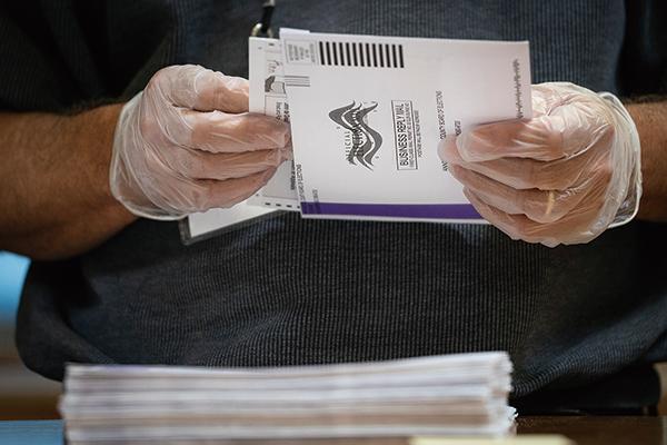 特朗普曾在今年5月就發出推文,表示郵寄投票存在大規模詐騙風險,選票可能被造假等等。圖為資料圖。(Drew Angerer/Getty Images)