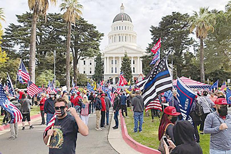 11月7日,數百名來自各地的民眾在加利福尼亞州首府沙加緬度集會,抗議並譴責民主黨大選舞弊。(魏凱西/大紀元)