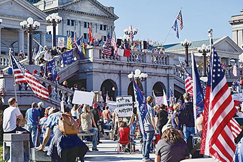 2020年11月7日,賓夕凡尼亞州議會大樓前的抗議者反對選舉舞弊。(李臻婷/大紀元)