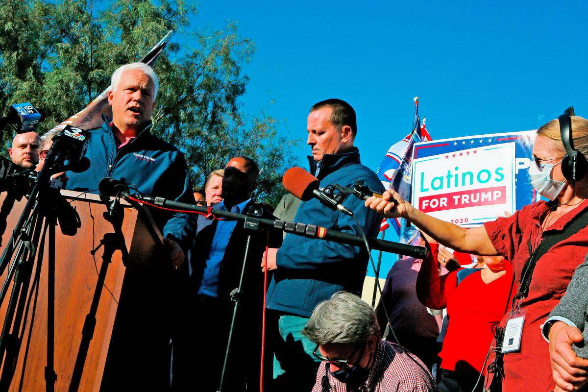 特朗普競選團隊11月8日描述了一份來自內華達州舉報人的證詞,他指稱目睹了拜登-哈里斯陣營的貨車內,有人正在打開、填寫和重新密封郵寄選票。圖左為當地特朗普團隊代表馬特‧施拉普(Matt Schlapp)。(RONDA CHURCHILL/AFP)