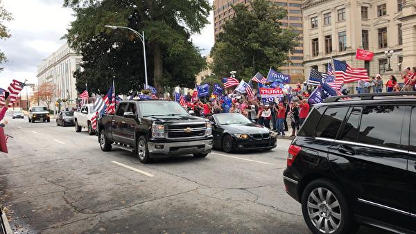 參與抗議的人潮與車陣。(呂尚明/大紀元)