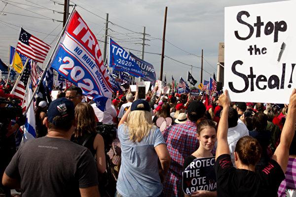 2020年美國總統大選在數個搖擺州出現令選民質疑的舞弊事件。註冊選民人數暴增。觀察員說:民主黨人正竊取選舉結果。圖為11月6日,特朗普總統支持者在鳳凰城馬裏科帕(Maricopa)縣選舉部外,抗議大選舞弊。(Courtney Pedroza/Getty Images)