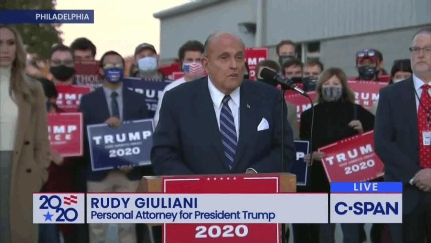 前紐約市長、特朗普的私人律師朱利安尼(Rudy Giuliani)表示,有3至10個州的選舉過程涉及非法;他們手中握有證據,且還有超過50名證人可以證明。圖為朱利安尼在費城新聞發佈會現場。(影片截圖)