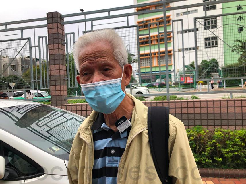 馬屎埔陳伯前來支持蔡玉玲,譴責警方打壓新聞界。(梁珍/大紀元)