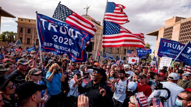 2020年美國總統大選,民主黨被指舞弊與欺詐。佐治亞州1縣爆出40萬選民投出了80萬張選票。計票作假、核心電腦一度消失、死人投票、驗票不查簽名。圖為11月7日,亞利桑那州鳳凰城,特朗普總統支持者在州議會大廈舉行「停止偷竊」集會,要求民主黨停止竊選。(OLIVIER TOURON/AFP via Getty Images)
