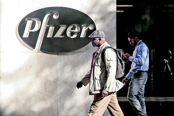 11月9日,民眾經過輝瑞公司位於紐約的全球總部。(Getty Images)