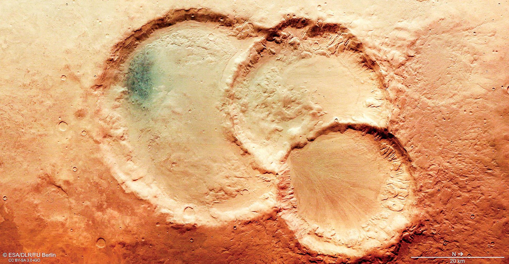 最新的火星照片顯示一個「撞擊坑三胞胎」,其直徑最小的28公里,最大的45公里。(ESA/DLR/FU Berlin)