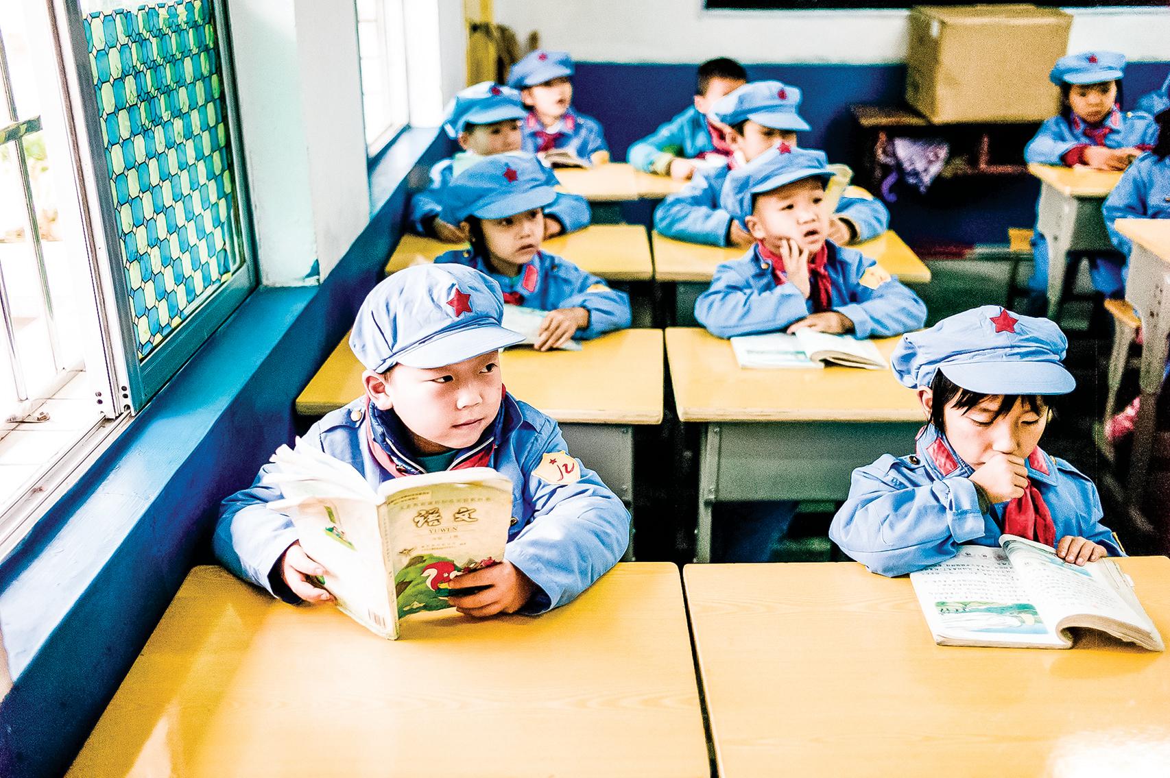 2016年,在貴州省的一所「紅軍小學」裏,學生們在接受中共的洗腦教育。(Getty Images)