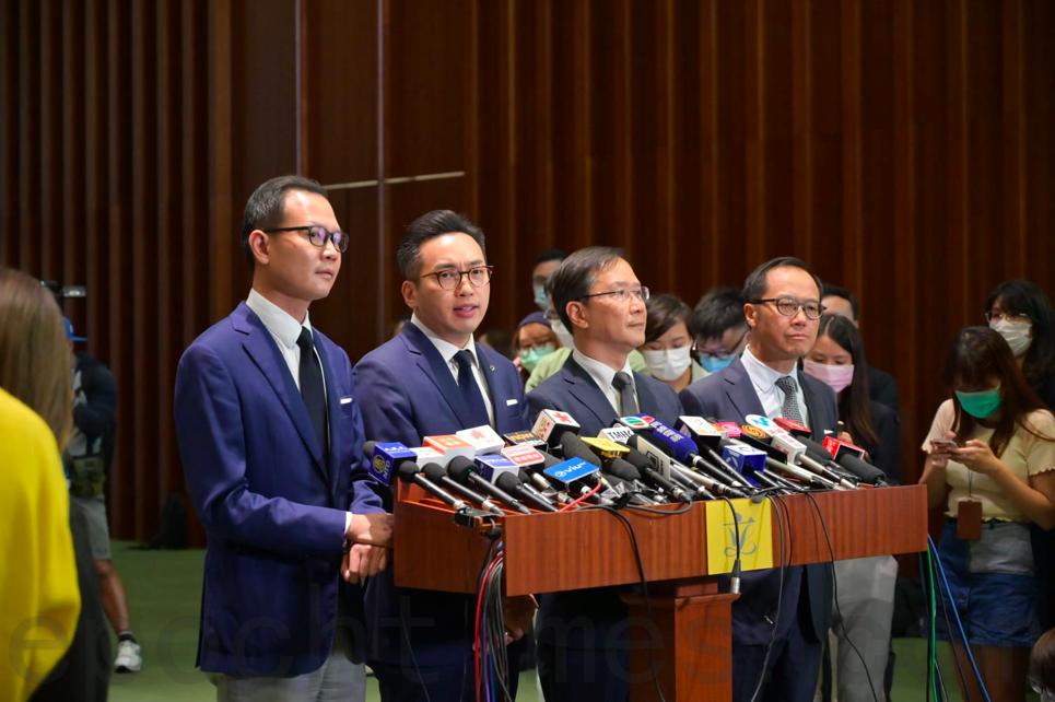 11月11日,被中共取消資格的民主派議員郭榮鏗、楊岳橋、郭家麒、梁繼昌(從左到右)會見傳媒。(郭威利/大紀元)