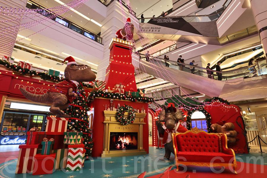 美麗華廣場一期中庭舉辦趣味「SANTA CLAWS」恐龍聖誕派對,與大家同賀聖誕節。(陳仲明/大紀元)