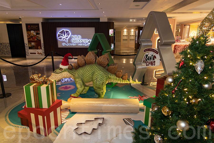 在美麗華廣場二期1樓,設有戽斗劍龍裝置「打卡位」,小劍龍正在忙碌地製作聖誕曲奇與大家分享。(陳仲明/大紀元)