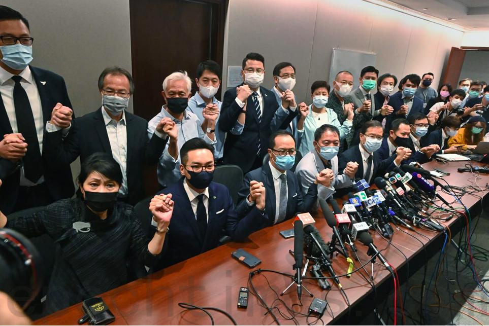 11月11日晚,民主派立法會議員宣佈總辭決定。(宋碧龍/大紀元)