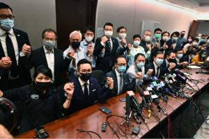 中共非法取消議員資格 香港民主派議員宣佈總辭