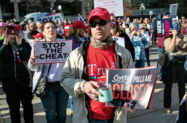 11月6日,在密歇根州,特朗普的支持者舉行抗議活動。(John Moore/Getty Images)